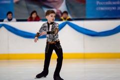 Muchacho en patinaje artístico, Orenburg, Rusia Imagen de archivo