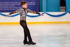 Muchacho en patinaje artístico, Orenburg, Rusia Imagen de archivo libre de regalías