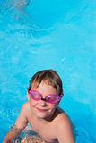 Muchacho en piscina. Foto de archivo