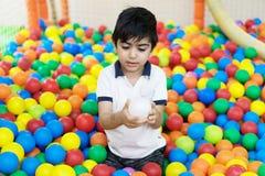 Muchacho en piscina de las bolas Fotos de archivo libres de regalías