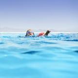Muchacho en piscina del infinito Imagen de archivo