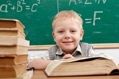 Muchacho en sala de clase Foto de archivo