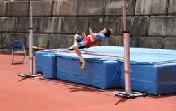 Muchacho en salto de altura. foto de archivo libre de regalías