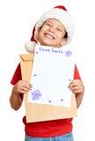 Muchacho en sombrero rojo con la letra a santa - concepto de la Navidad de las vacaciones de invierno Foto de archivo