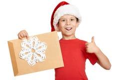 Muchacho en sombrero rojo con la letra a santa - concepto de la Navidad de las vacaciones de invierno Fotografía de archivo