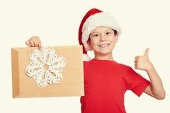 Muchacho en sombrero rojo con la letra a santa - concepto de la Navidad de las vacaciones de invierno Fotos de archivo libres de regalías