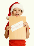 Muchacho en sombrero rojo con la letra a santa - el concepto de la Navidad de las vacaciones de invierno, amarillea entonado Foto de archivo libre de regalías