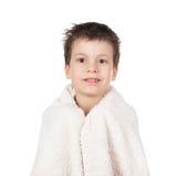 Muchacho en toalla con el pelo mojado Fotografía de archivo