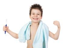Muchacho en toalla con el pelo mojado Imagen de archivo libre de regalías