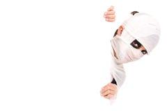 Muchacho en traje de la momia de Halloween Fotos de archivo libres de regalías