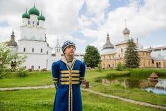 Muchacho en traje ruso nacional en el Kremlin Rostov grande Foto de archivo libre de regalías