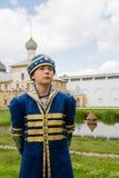 Muchacho en traje ruso nacional en el Kremlin Rostov grande Fotos de archivo