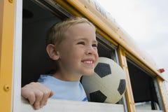 Muchacho en un autobús escolar imagenes de archivo