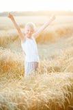Muchacho en un campo de trigo Foto de archivo libre de regalías