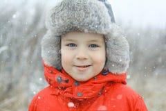 Muchacho en un casquillo del invierno fotos de archivo