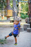 Muchacho en un parque de la aventura que sube Fotos de archivo