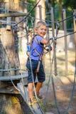 Muchacho en un parque de la aventura que sube Fotografía de archivo libre de regalías
