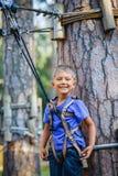 Muchacho en un parque de la aventura que sube Fotos de archivo libres de regalías