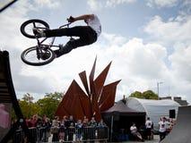 Muchacho en un salto de la bici del bmx/de montaña Imágenes de archivo libres de regalías