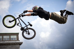 Muchacho en un salto de la bici del bmx/de montaña Fotografía de archivo libre de regalías