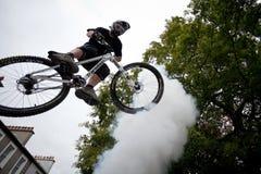 Muchacho en un salto de la bici del bmx/de montaña Fotografía de archivo