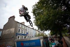 Muchacho en un salto de la bici del bmx/de montaña Imagen de archivo