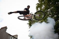 Muchacho en un salto de la bici del bmx/de montaña Fotos de archivo libres de regalías
