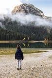 Muchacho en un sombrero divertido que mira el lago negro, parque nacional de Durmitor Fotografía de archivo