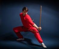 Muchacho en un wushu dedicado kimono rojo Fotografía de archivo