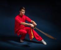 Muchacho en un wushu dedicado kimono rojo Imagen de archivo