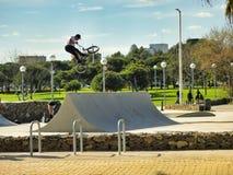 Muchacho en una bici del bmx/de montaña que salta en Barcelona, España Foto de archivo