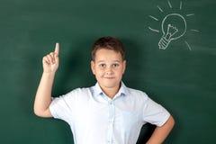 Muchacho en una camisa con los consejos escolares Imagenes de archivo