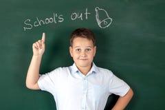 Muchacho en una camisa con los consejos escolares Imágenes de archivo libres de regalías