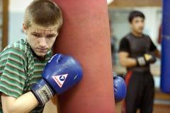 Muchacho en una escuela del boxeo Fotos de archivo libres de regalías