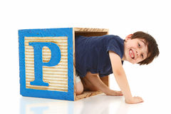 Muchacho en una letra de molde gigante del alfabeto P Imágenes de archivo libres de regalías