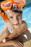 Muchacho en una piscina con los anteojos y el tubo respirador Imagen de archivo libre de regalías