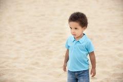 Muchacho en una playa Imagenes de archivo