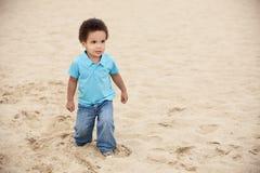 Muchacho en una playa Foto de archivo