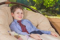 Muchacho en una sonrisa del lazo Fotografía de archivo libre de regalías