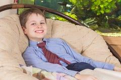 Muchacho en una sonrisa del lazo Foto de archivo libre de regalías