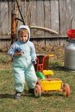 Muchacho en una yarda de la corte de la casa rural (2) Foto de archivo libre de regalías