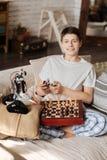 Muchacho encantado que juega a ajedrez con su robot Imagen de archivo libre de regalías