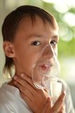 Muchacho enfermo con el inhalador Fotografía de archivo libre de regalías