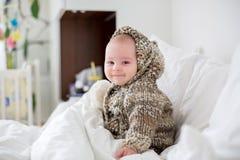 Muchacho enfermo del niño que miente en cama con una fiebre, descansando en casa fotografía de archivo
