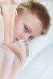 Muchacho enfermo que miente en cama Imagen de archivo
