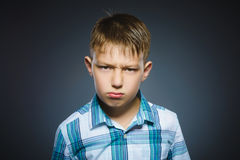 Muchacho enojado aislado en fondo gris primer Foto de archivo libre de regalías