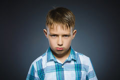 Muchacho enojado aislado en fondo gris primer Fotografía de archivo libre de regalías