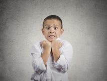 Muchacho enojado del niño alrededor para tener ataque de nervios Imagen de archivo libre de regalías