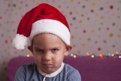 Muchacho enojado en un sombrero de santa Fotografía de archivo