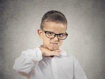 Muchacho enojado, pequeño hombre que pide recortarlo Fotos de archivo libres de regalías